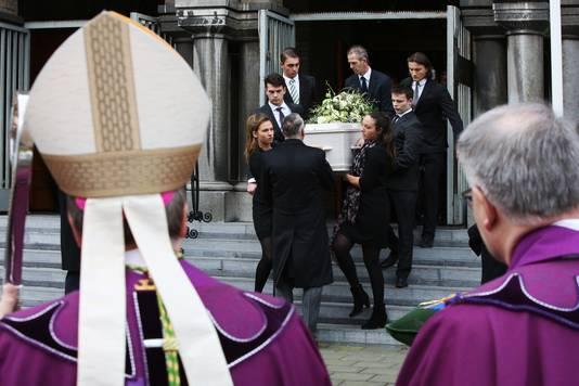 De kist met oud-premier Ruud Lubbers wordt naar buiten gedragen na afloop van de herdenkingsdienst bij de Laurentius en Elisabeth Kathedraal.