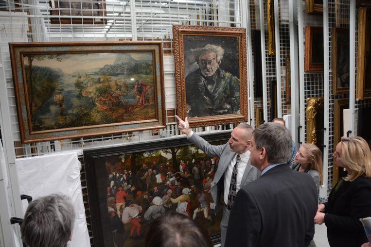 Vlaams minister-president Jan Jambon kreeg donderdag een rondleiding in het depot.