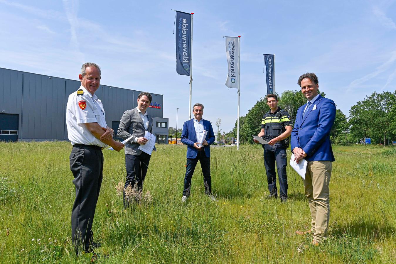 Ondertekening voor bedrijventerrein Klaverweide. In het midden parkeigenaar Willem van Ginneken, rechts burgemeester Bernd Roks.