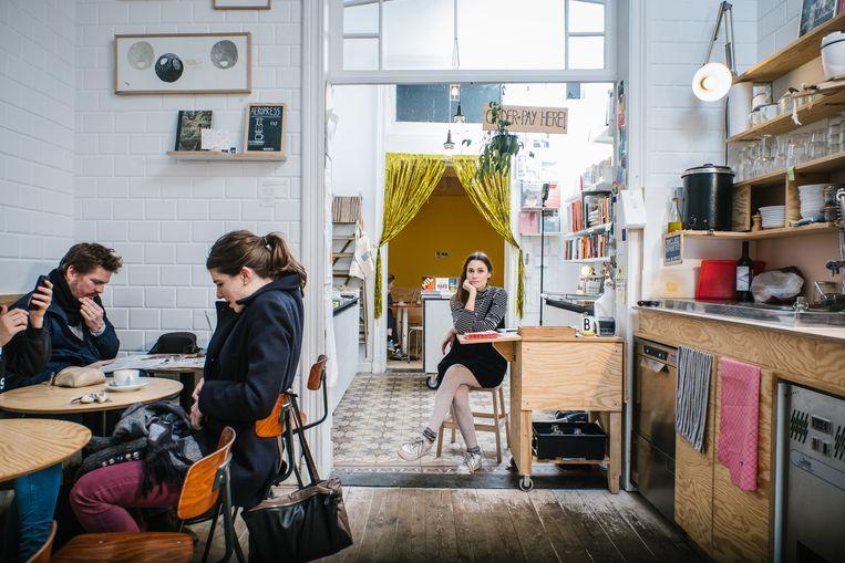 Kim Hertogs heeft in Antwerpen haar Buchbar. Ze verkoopt naast boeken ook potloden, koffie, koffiekopjes, thee en biologische wijn. Beeld Wouter Van Vooren