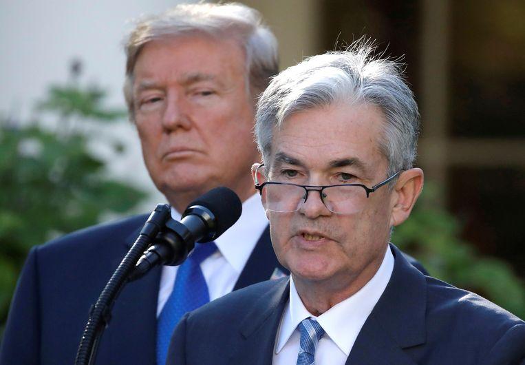Jerome Powell, de voorzitter van de Federal Reserve, met achter hem de Amerikaanse president Trump. Beeld REUTERS