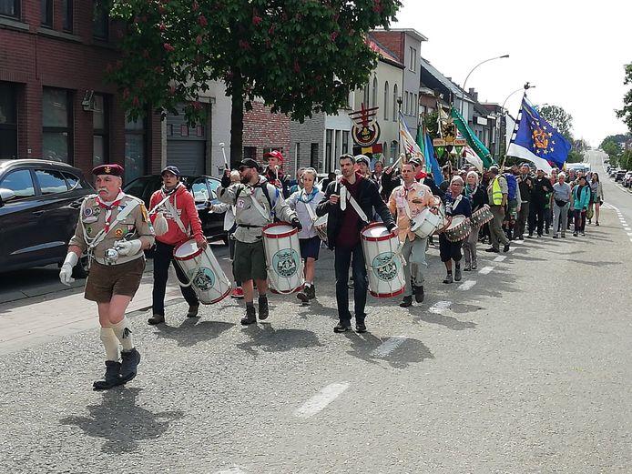 gevolgd door de jamboree-trommelaars en de vlaggendragers.
