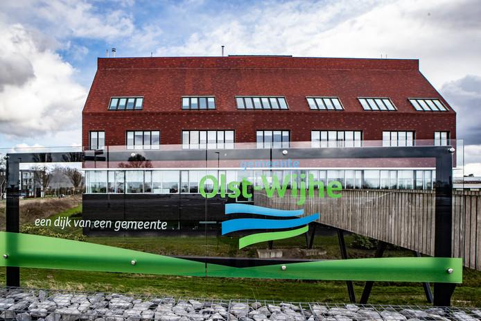 Het gemeentehuis van Wijhe is toe aan een opknapbeurt. Ook worden verschillende ruimtes verhuurd omdat ze anders leeg komen te staan.