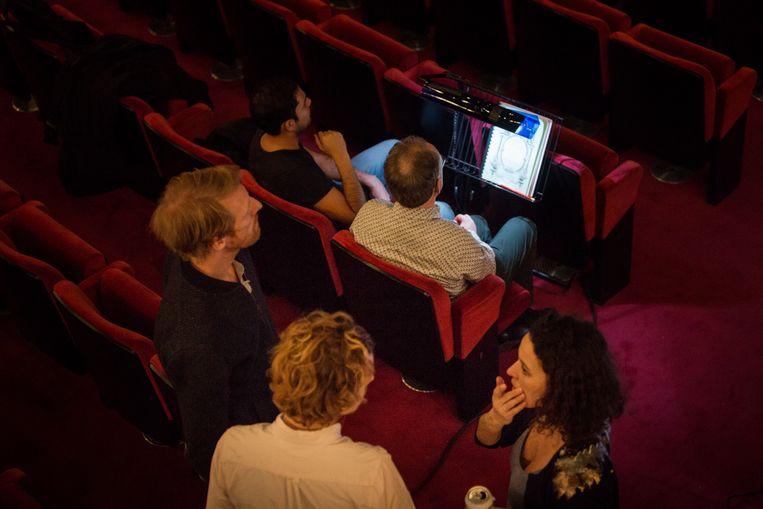 Achter de schermen bij FC Bergman tijdens de laatste repetities van hun opera 'Les Pêcheurs de perles'. Beeld Ans Brys