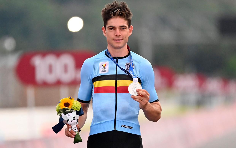 Wout van Aert toont zijn zilveren medaille. Beeld Photo News