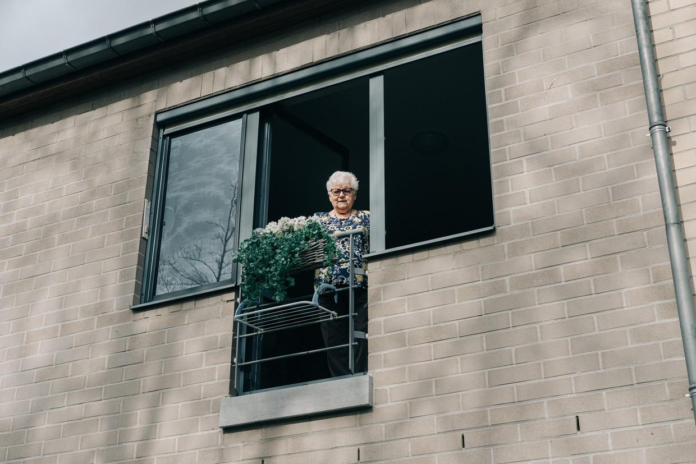 Ninette (82) woont alleen op haar appartement sinds haar echtgenoot een jaar geleden naar een woon-zorgcentrum is verhuisd omdat hij de ziekte van Alzheimer heeft.