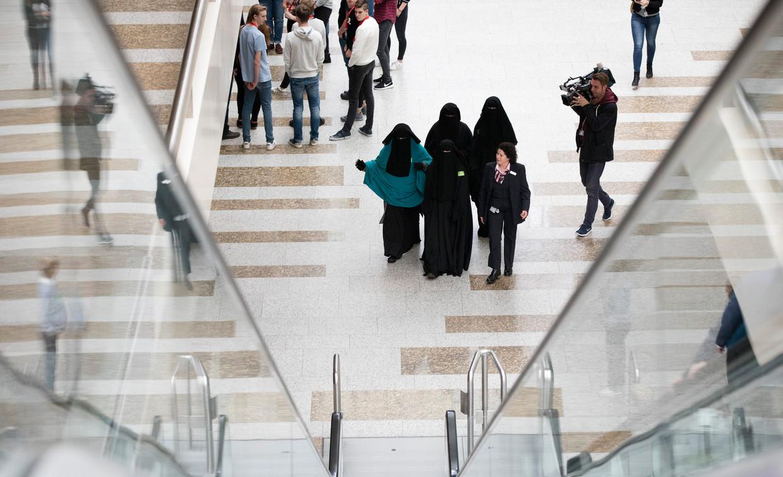 Bezoekers van de Tweede Kamer gekleed in een nikab, voor aanvang van een debat in de Tweede Kamer over gezichtsbedekkende kleding.