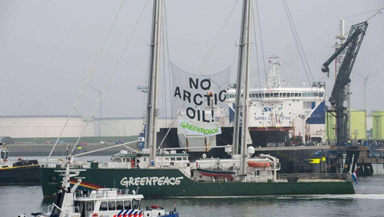 De Rainbow Warrior III tijdens de actie tegen de met 'Noordpoololie' gevulde Russische tanker, donderdag in de haven van Rotterdam. Beeld Facebook
