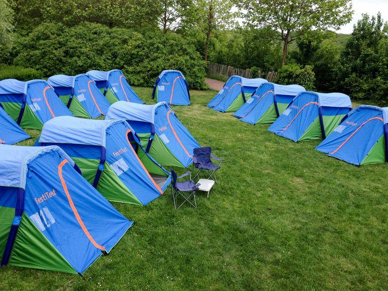 De tentjes eerder in gebruik op een kleinschalig festival. Doordat ze in rijen aan elkaar hangen, kan men veel plaats winnen.