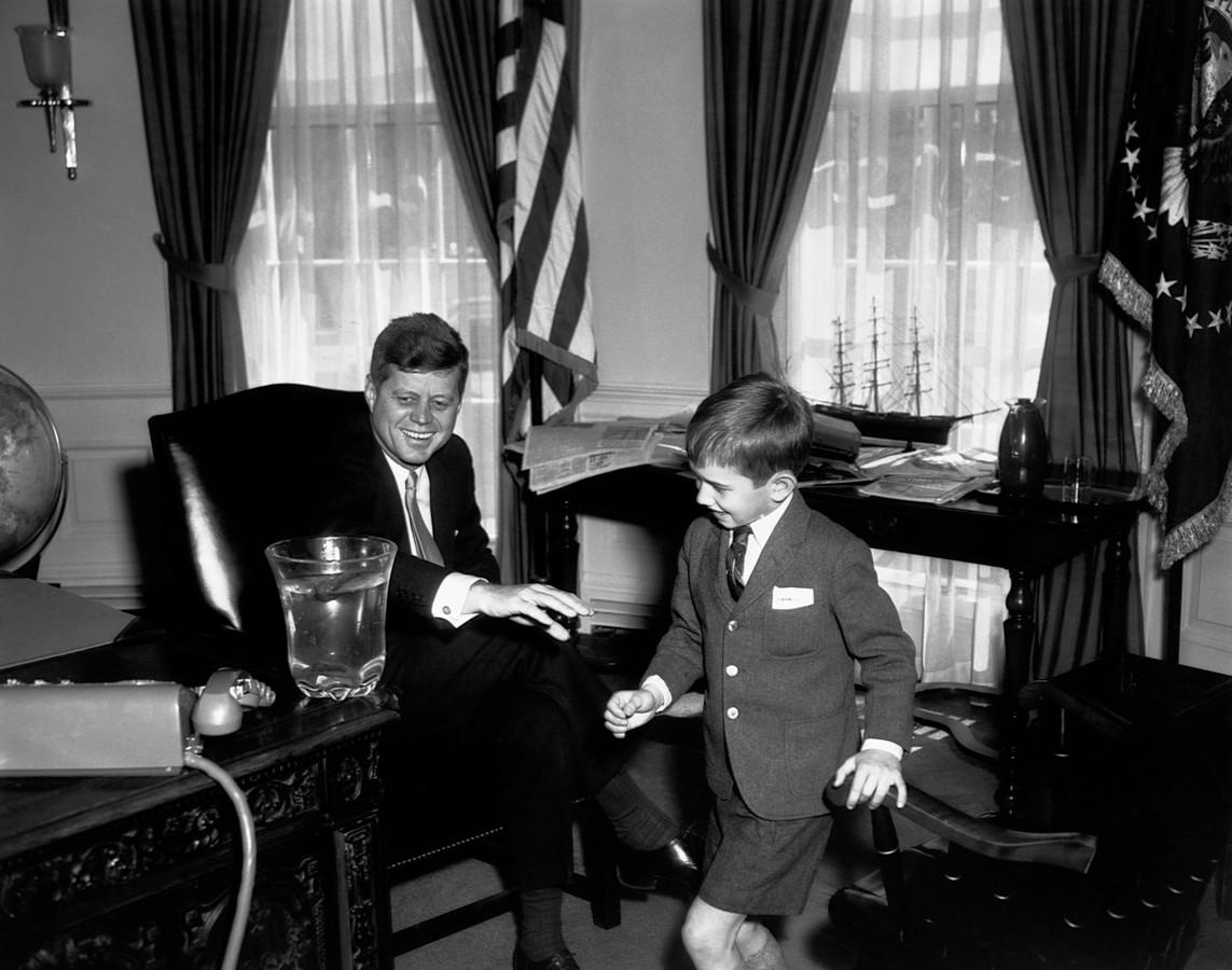 De toenmalige president Kennedy met Robert F. Kennedy Jr., in het Oval Office.