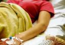 Een kankerpatiënt krijgt chemotherapie toegediend op de dagbehandeling van het Antoni van Leeuwenhoek Ziekenhuis in Amsterdam. Veel nieuwe medicatie werkt veel gerichter, alleen moet een patiënt er het juiste genetische profiel voor bezitten