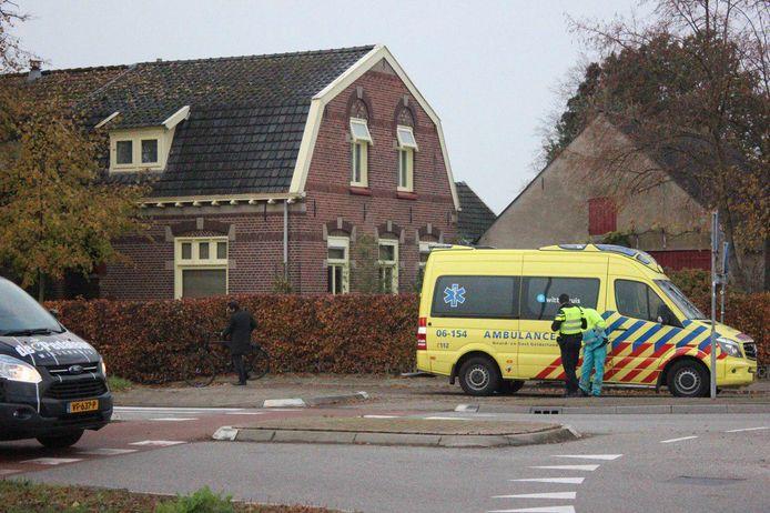 Het slachtoffer is in de ambulance onderzocht na de aanrijding in Braamt.