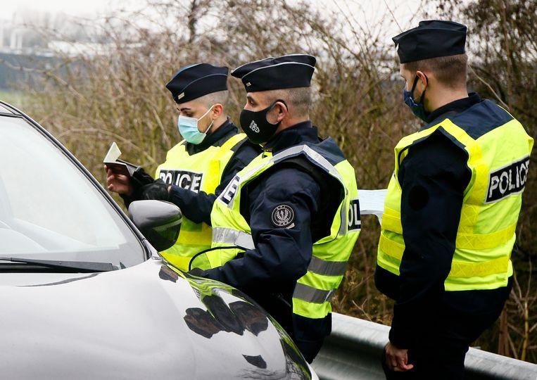 Franse agenten controleren bestuurders aan de Frans-Belgische grens.  Beeld AP