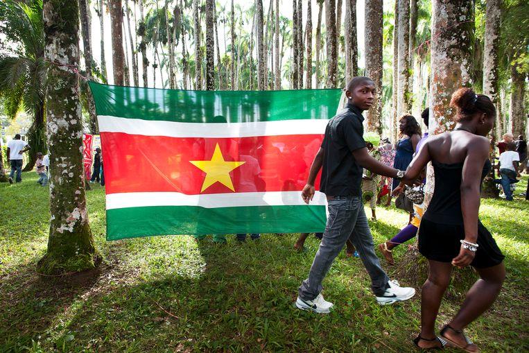 Jongeren in Paramaribo tijdens een eerdere viering van Emancipatiedag, zoals de dag van de afschaffing van de slavernij in Suriname heet. Beeld Guus Dubbelman / de Volkskrant