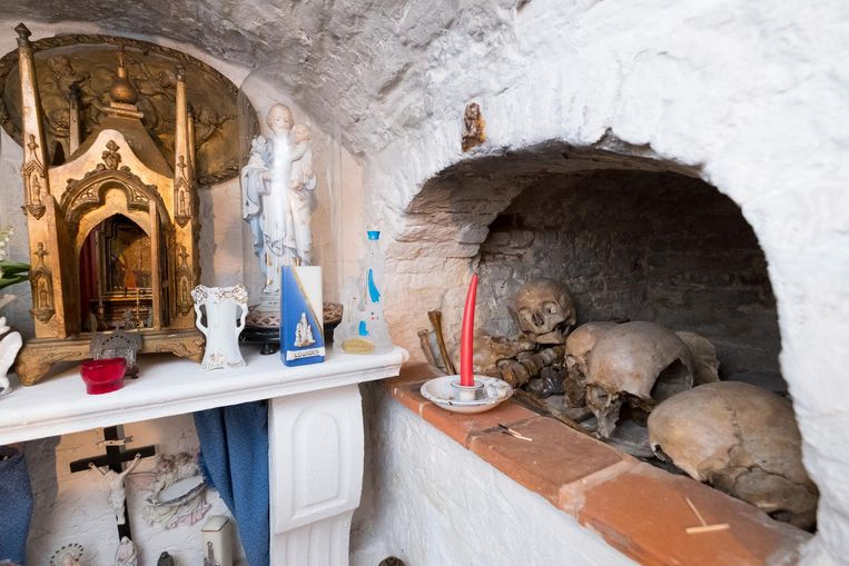 In hun kelder bevindt zich een kapelletje met beenderen van het oude kerkhof.