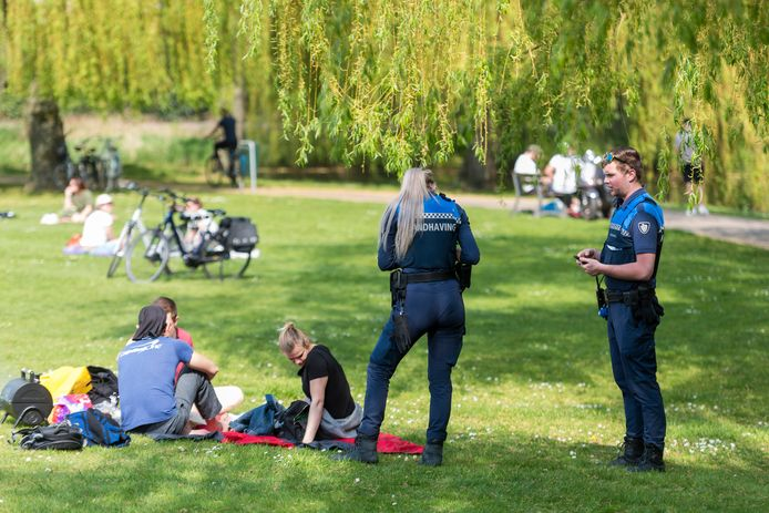EINDHOVEN - BOA's controleren recreanten in het Lex en Edo Hornemanplantsoen