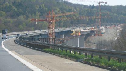 Belgen gaan met elkaar op de vuist op Duitse snelweg: trucker over vangrail gegooid