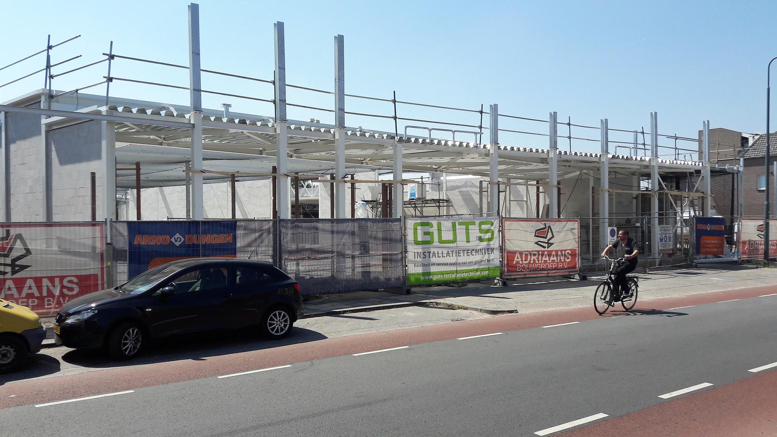 Straatgevel nieuwe supermarkt Lidl in aanbouw.