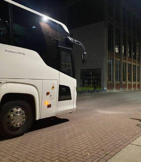 Vluchtelingen uit Ter Apel arriveren bij Hazemeijer-complex in Hengelo