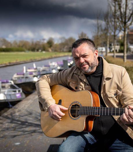 Engelse blueszanger laat zijn muziek nu golven over wateren van Giethoorn: 'Doorbraak met dank aan Johan Derksen'