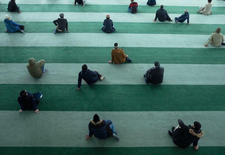 Ook in de Baitul Futuh-moskee wordt afstand gehouden. Beeld Getty Images