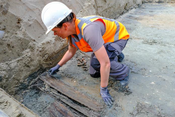 Archeologe Juanita Kiburg legt een graf bloot bij de bibliotheek van Bruinisse.