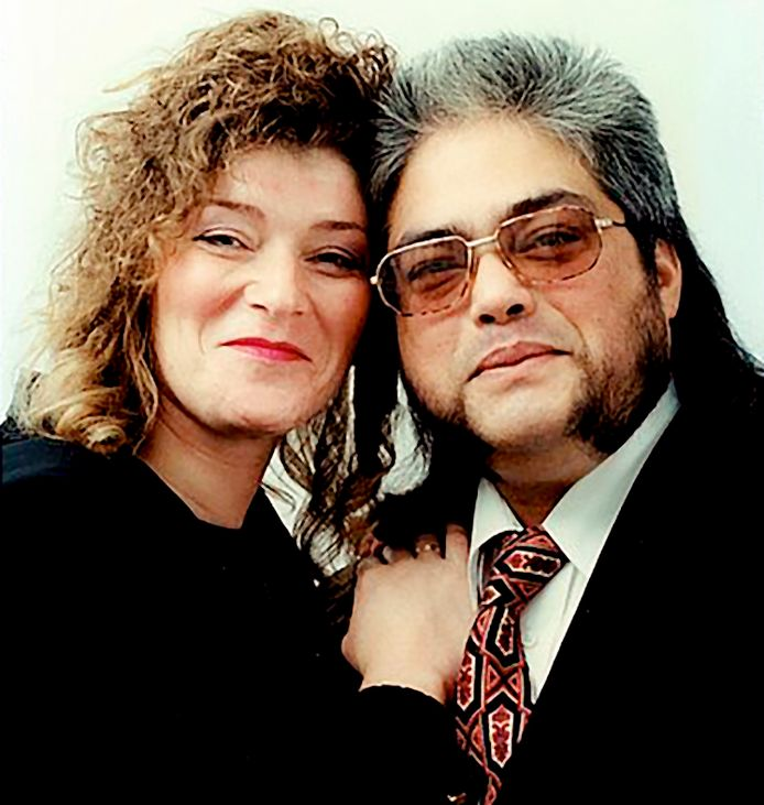 Op 11 juni 1999 ontdekte een politieman op een parkeerplaats in Aarlanderveen het levenloze lichaam van Hans Schonewille, bijgenaamd 'de Indiaan', uit Leiden. Hier op de foto met zijn echtgenote.