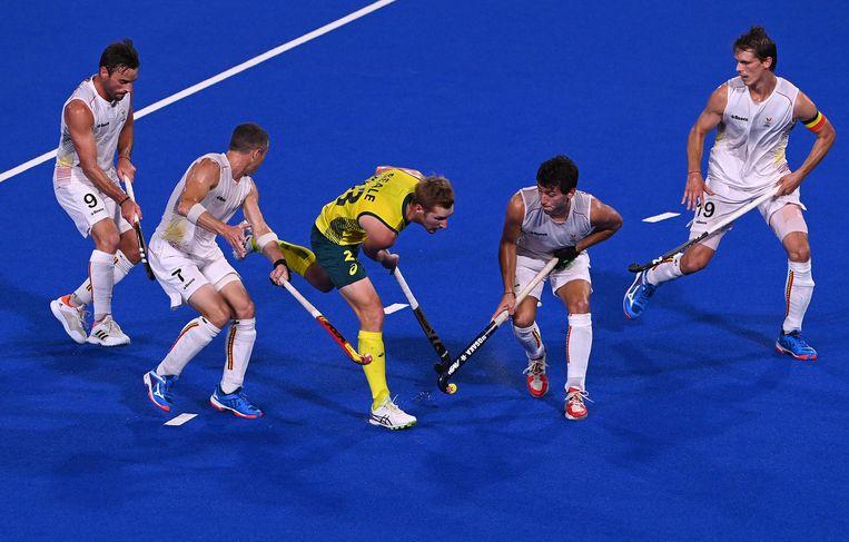 De Red Lions omsingelen de Australiër Daniel James Beale in de hockeyfinale. Beeld AFP