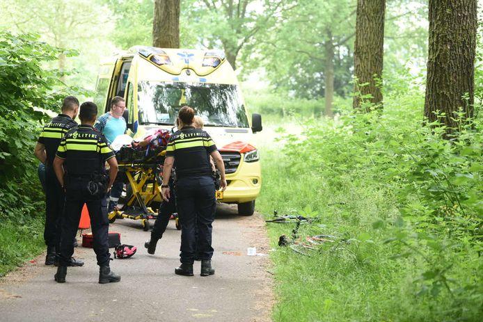 Een fietser raakt zwaargewond en wordt afgevoerd naar het ziekenhuis.