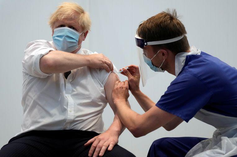 De Britse premier Boris Johnson krijgt zijn tweede dosis van het AstraZeneca-vaccin. Beeld REUTERS