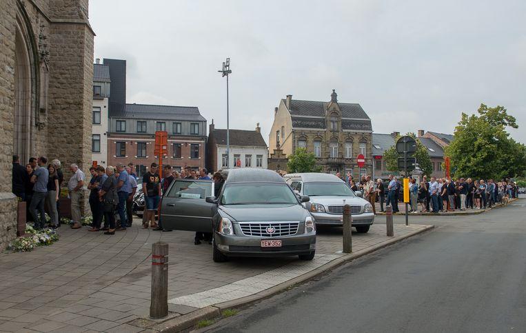 Honderden mensen woonden het afscheid van landbouwer Koen Schoeters bij.