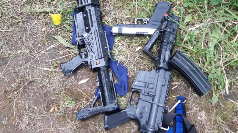 Jongens spelen met nepwapens en komen met de schrik vrij. Politie rukt groots uit.