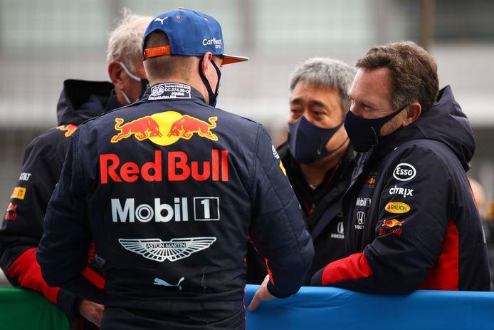 Christian Horner in gesprek met Max Verstappen.