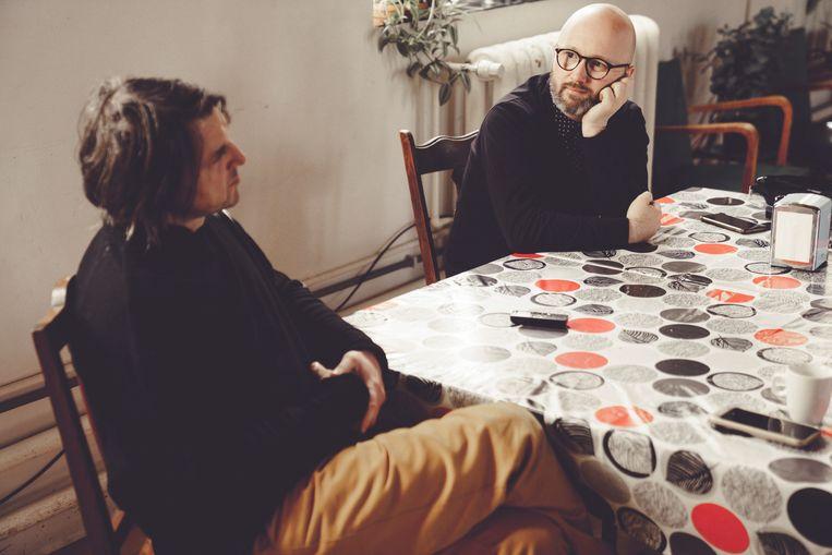 Alexander Devriendt (links) en Angelo Tijssens. Devriendt: 'Of je 'links' of 'rechts' denkt is onbelangrijk bij 'T.M.' – de voorstelling is zo gemaakt dat ook een Bolsonaro-fan er iets uithaalt.' Beeld © Stefaan Temmerman
