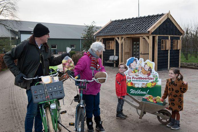 Guido en Fleur van Kranenburg, met het echtpaar Dorrestijn uit Buurmalsen dat fruit koopt bij De Fruitboertjes.