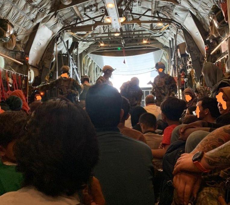 Beeld uit het vliegtuig met Afghaanse medewerkers van de Nederlandse ambassade in Kaboel. Gezichten zijn onherkenbaar gemaakt. Beeld