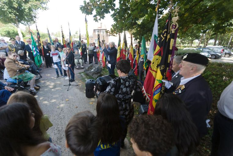 De gedenkplaat wordt officieel onthuld in aanwezigheid van oud-strijders en politici.