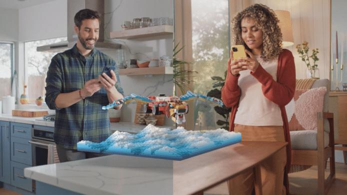 De nieuwe 'Connected Lenses' maken het mogelijk om samen virtueel Lego te bouwen.