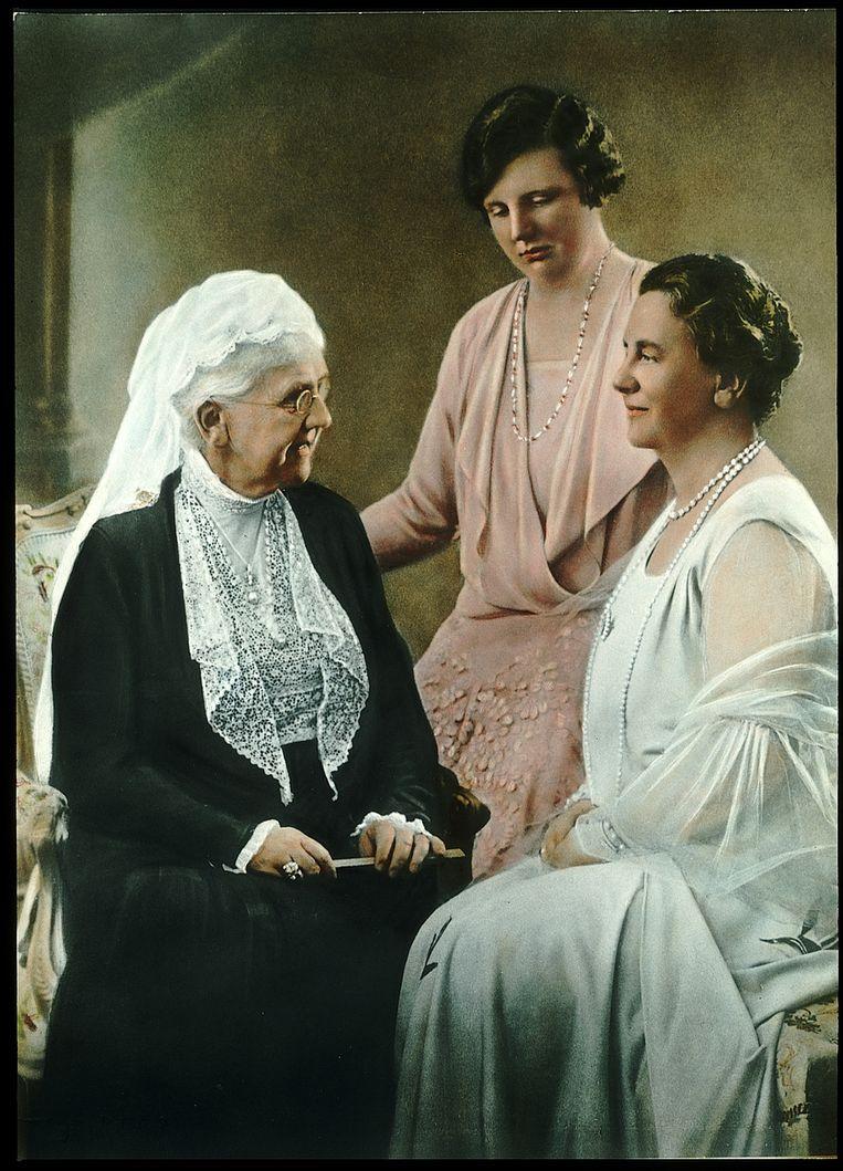 Prinses Juliana, koningin Wilhelmina en prinses Emma. Foto uit 1933. Beeld Benelux Press