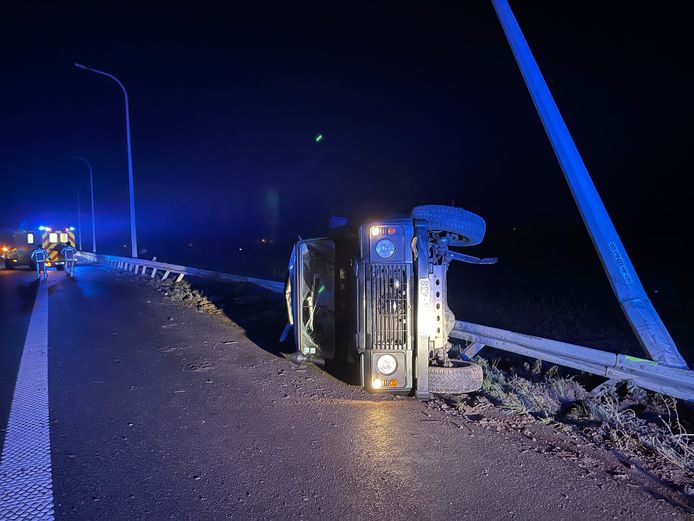 De terreinwagen belandde op de zijde tegen de vangrail. Ook een verlichtingspaal deelde in de brokken.