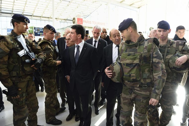 Premier Manuel Valls (M) gisteren in Parijs. Beeld epa