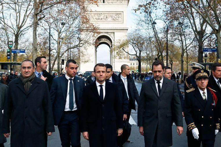 President Emmanuel Macron bracht met binnenlandminister Christophe Castaner (rechts van hem) een bezoek aan de plaats van het onheil. Beeld AP