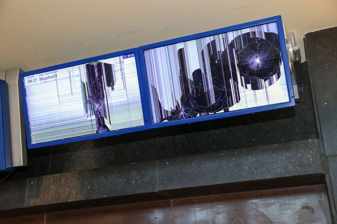 De informatieborden zijn ook stukgeslagen. De NS zegt die snel te kunnen vervangen.