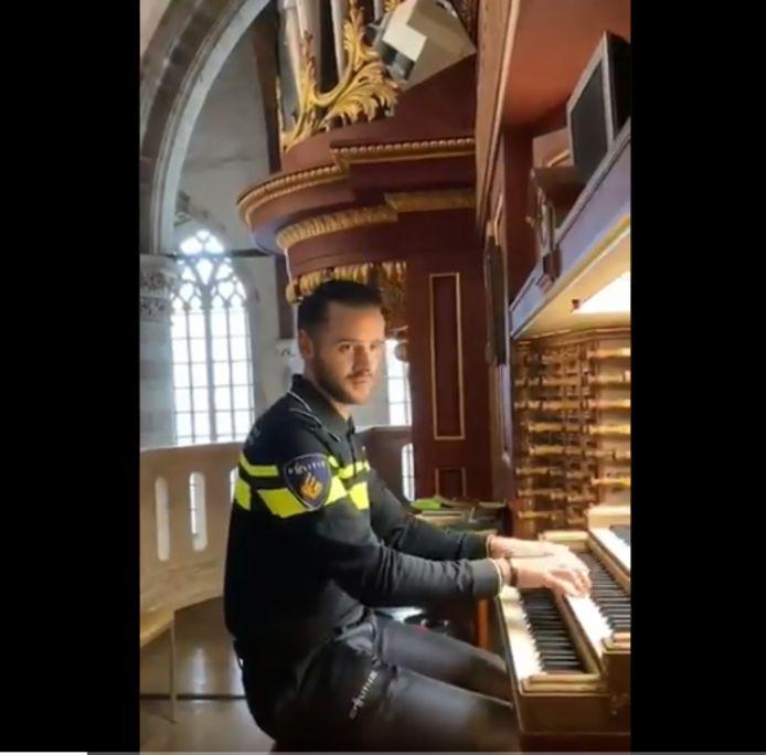 Aspirant André Nieuwkoop achter het orgel in de Laurenskerk.