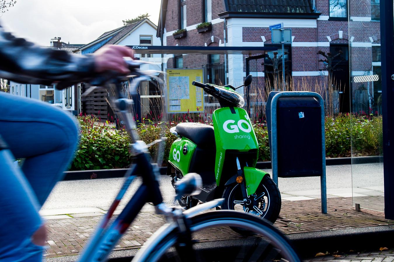 Een elektrische deelscooter van GO Sharing aan de Deventerstraat.