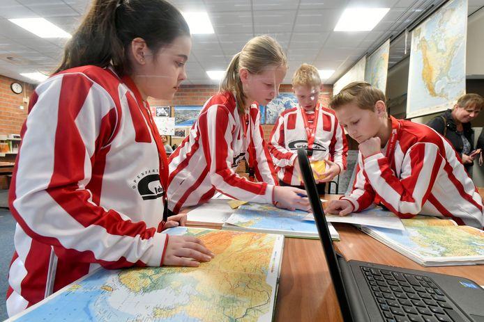 Basisschoolleerlingen van de Widerode buigen zich over een aardrijkskundig vraagstuk tijdens de GEObattle.
