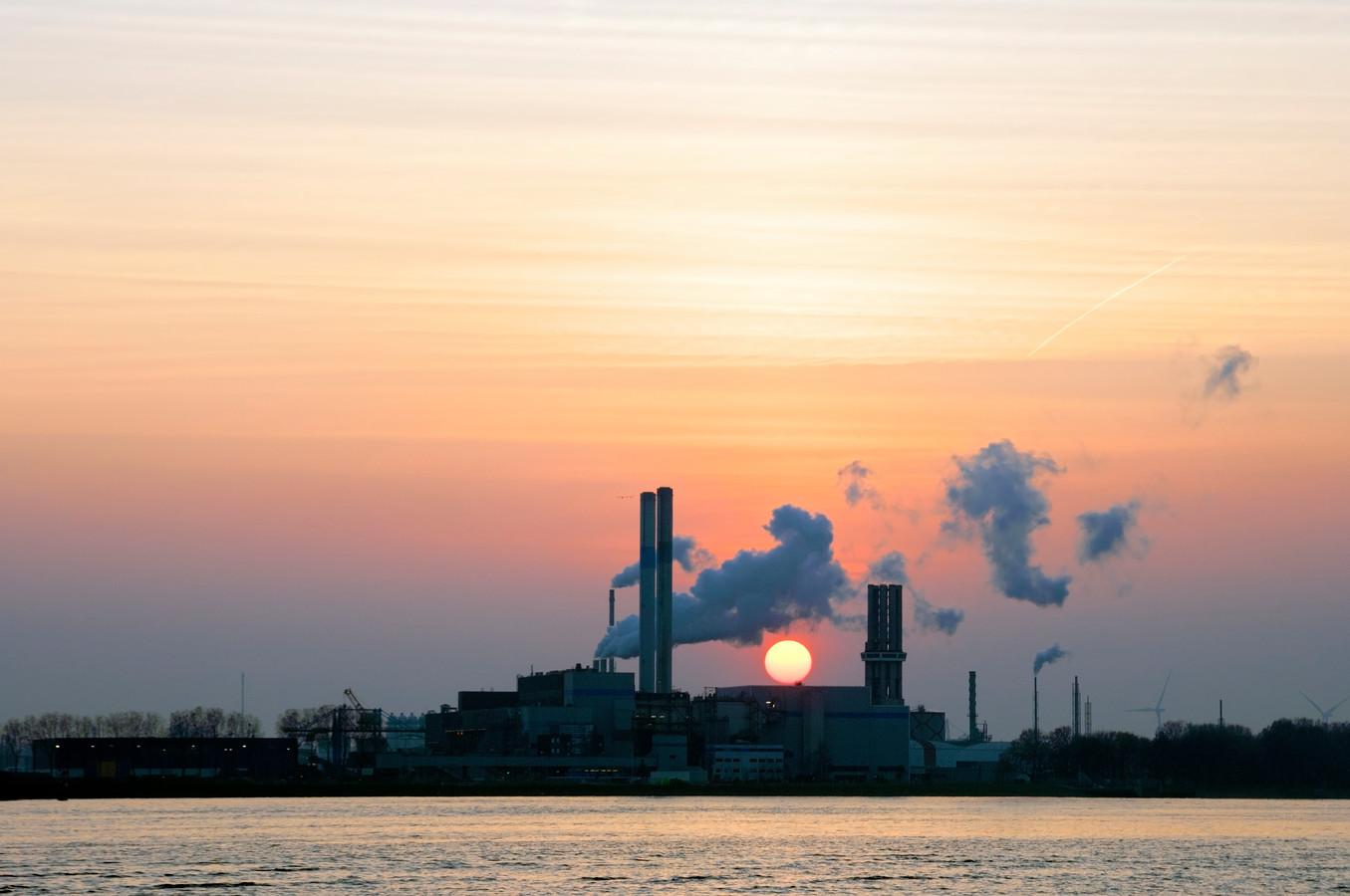 In deze fabriek aan de rivier de Nieuwe Waterweg in Rozenburg wordt afval, restafval, verbrand en met de restwarmte worden Rotterdamse woningen verwarmd.