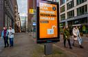 Een reclamebord van Herstel-NL op de Turfmarkt in Den Haag.