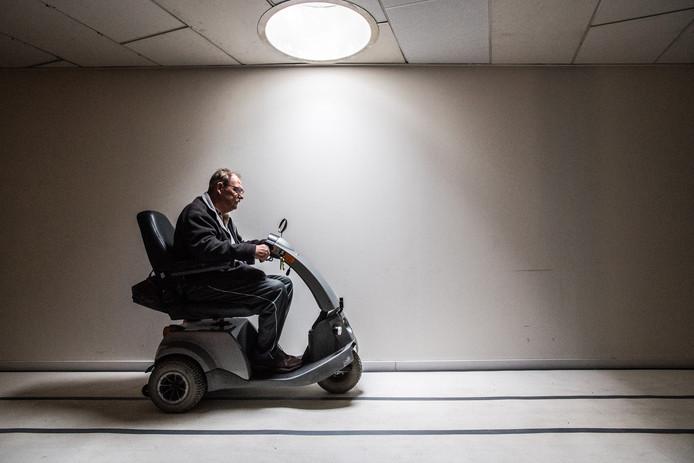 Robbie Williams op zijn scootmobiel bij het Veteranen Inloophuis in Heelsum.