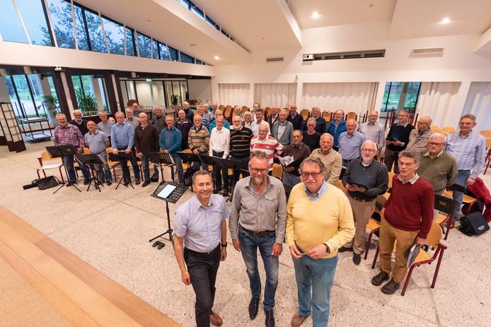 Het Amersfoorts Mannenkoor, met op de voorgrond (vlnr) dirigent Paul Michèl Tijssen, lid Sieger Homan en voorzitter John van Halderen, zingt niet alleen Mozart, maar ook Abba.